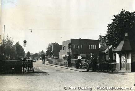 kruispunt Stationsstraat Blankensteinkade op achtergrond de van Beresteynstraat